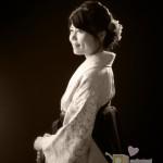 女性・ハカマ姿での卒業記念写真、モノクロ。