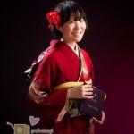 女性・お着物での卒業記念写真、卒業証書を持って。