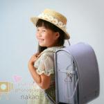 初夏に撮る、小学校のご入学記念写真、ランドセルをしょっての素敵な笑顔