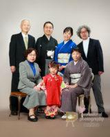 七五三 三つ祝いの女児を囲んでの家族写真