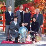錦秋の吉田神社で七五三 3歳男児を囲むご家族